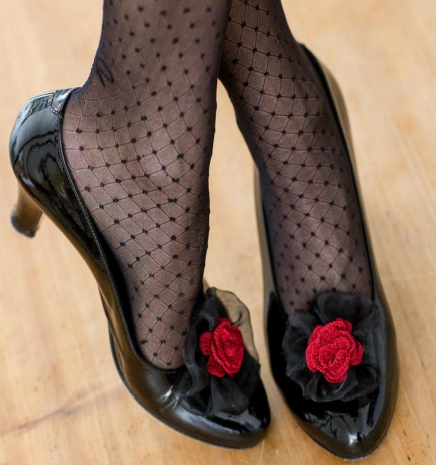 Украшаем туфельки вязаным цветочком (1) (437x465, 435Kb)