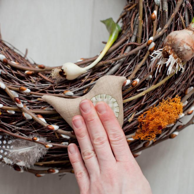 Пасхальный венок из веток с текстильными птичками (8) (660x660, 332Kb)