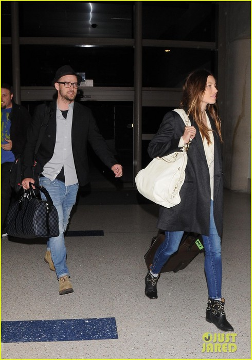 justin-timberlake-jessica-biel-home-from-barbados-03 (490x700, 88Kb)