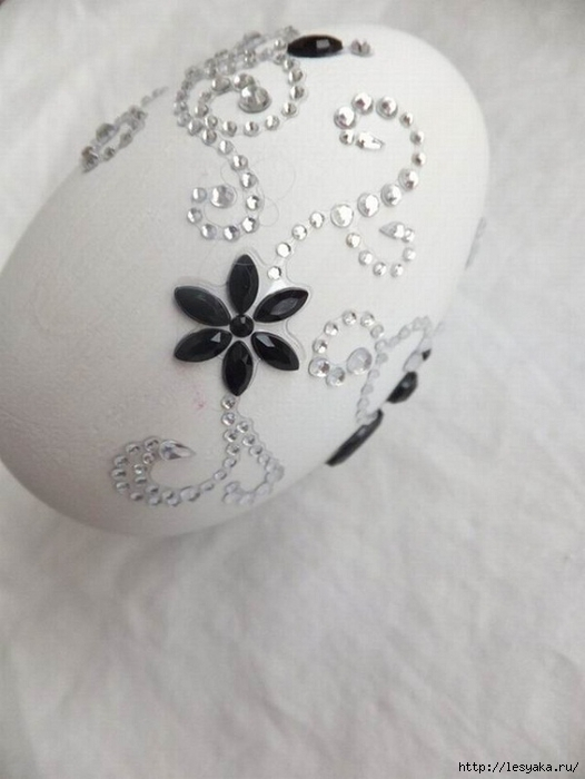 stylish-black-and-white-easter-egg-decoration-flowers-beads (526x700, 162Kb)