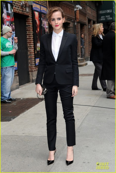 emma-watson-suit-late-show-with-david-letterman-05 (468x700, 81Kb)