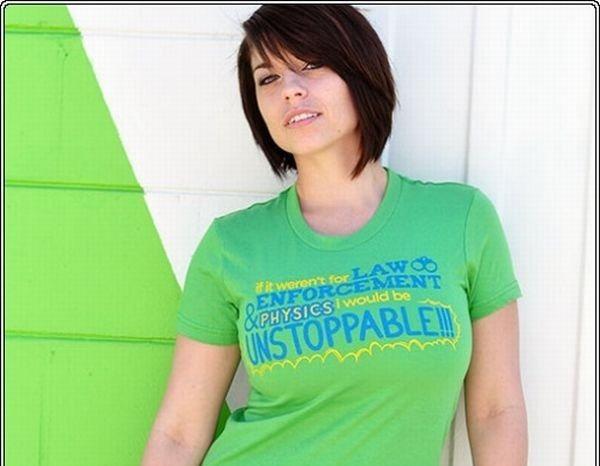 Фотографии Эшли Приджен в очаровательных футболочках