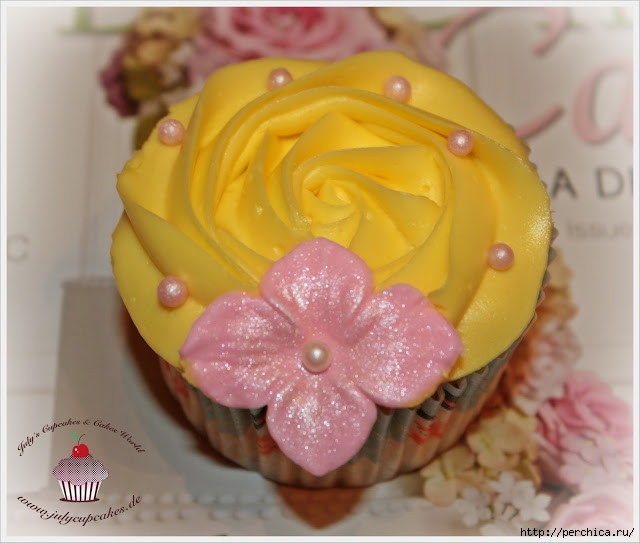 4979645_White_Cupcakes_with_Yellow_Apricot_Cream (640x543, 160Kb)