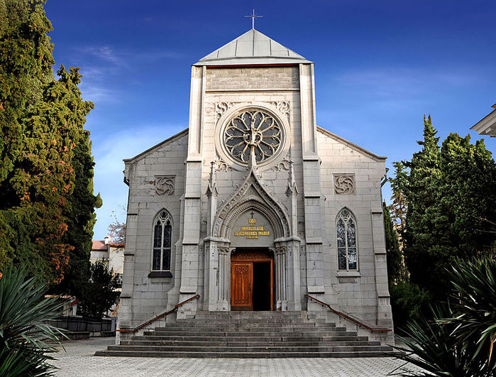 790px-Yalta-catholic_church (700x531, 118Kb)