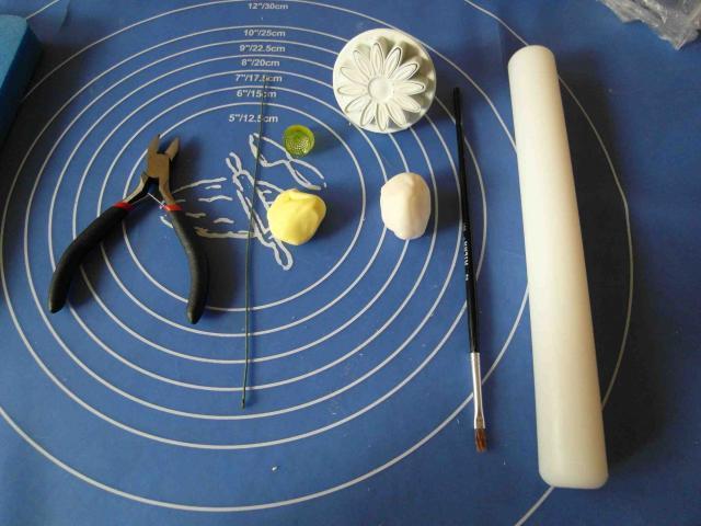 Ромашки из сахарной мастики. Фото мастер-класс (1) (640x480, 233Kb)
