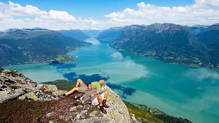 3578968_CouplehavingrestLysefjord_Fred_Jonny_Hammero_More__Romsdal_fylke (700x393, 85Kb)