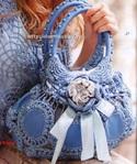 Мотивы для вязания этой сумочки выполнены из вырезанных кожаных кругов, которые обвязаны и соединены крючком. .