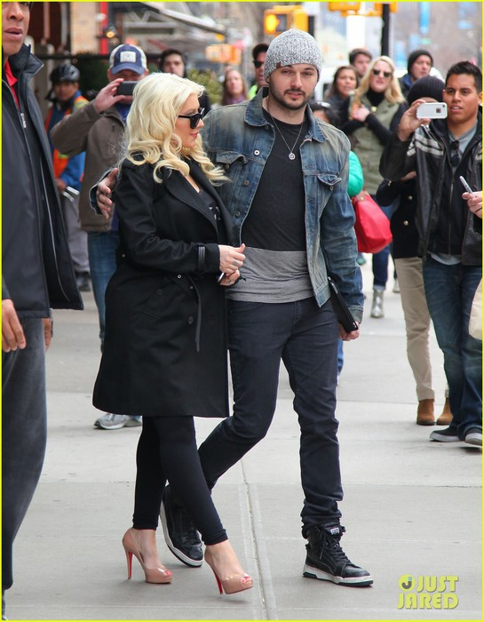christina-aguilera-keeps-her-baby-bump-covered-with-chic-black-trench-06 (545x700, 99Kb)