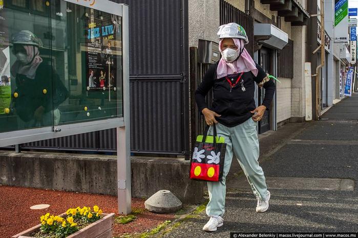 японцы в защитных масках 2 (700x466, 387Kb)