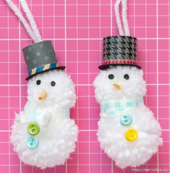 Подвески для новогодних подарков - снеговики из помпонов (14) (558x569, 184Kb)