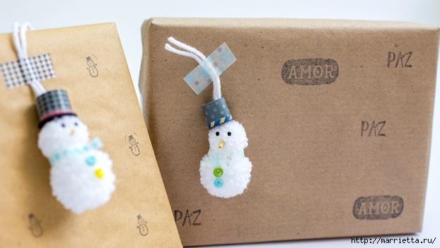 Подвески для новогодних подарков - снеговики из помпонов (15) (622x351, 124Kb)