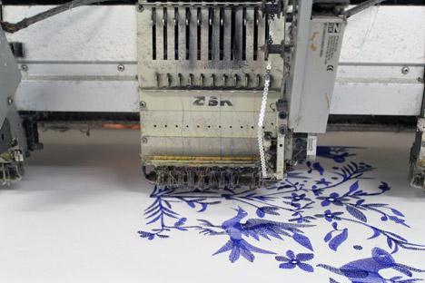 4027137_EmbroideredwallpaperbyCUSTHOM_dezeen_468_7_3_ (468x312, 47Kb)