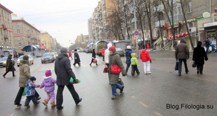 Люди с детьми на пешеходном переходе в Москве зимой (700x376, 56Kb)