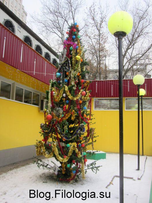 Украшенная уличная елка (525x700, 83Kb)