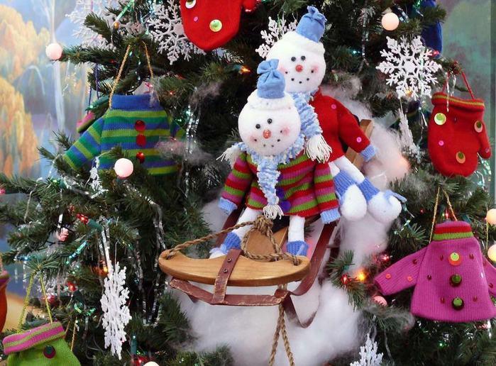 snegoviki_upryazhka_elka_ukrasheniya_snezhinki_novyy_god_prazdnik_1600x1180 Мягкие новогодние игрушки на елке - фото (700x516, 88Kb)