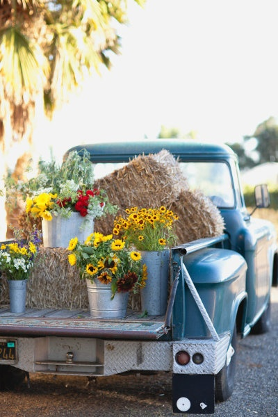 hay-bale-and-sunflowers-on-a-old-pickup-truck-wedding-decor-ideas (400x600, 95Kb)