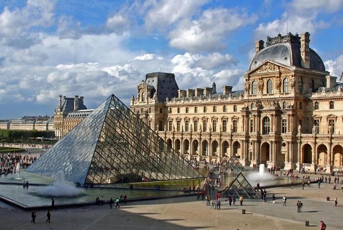 стеклянная пирамида Лувра (700x470, 373Kb)