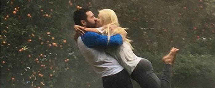 Christina-Aguilera-Kisses-Fiance-Rain-Photo (700x288, 40Kb)