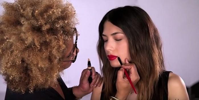 Зачем девушка нарисовала крестик на губе. Видео покажет способ макияжа