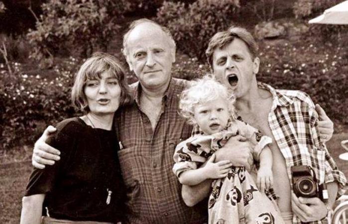 Бродский и  Барышников с женой и дочерью (700x451, 302Kb)