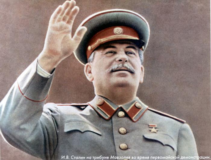 1827016_stalin_na_tribune_mavzoleya (700x530, 121Kb)