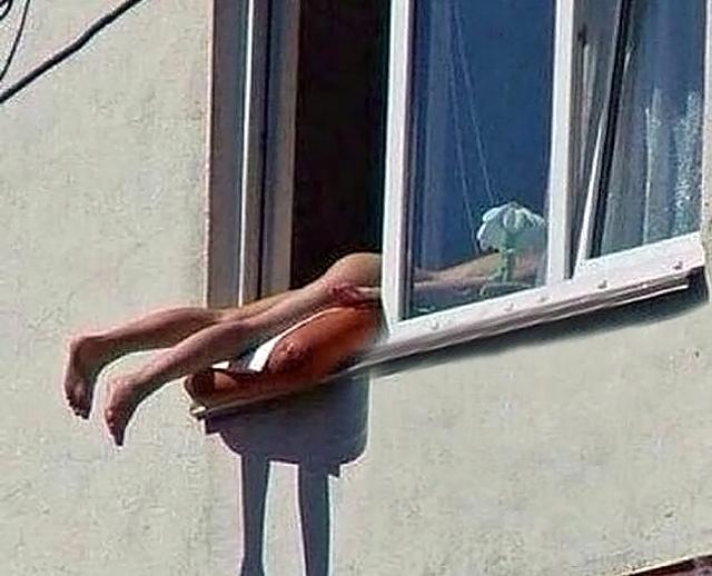 Эта женщина в окне (640x518, 206Kb)