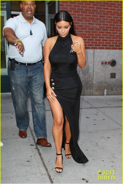kim-kardashian-shows-off-legs-for-days-sexy-slit-dress-01 (468x700, 88Kb)