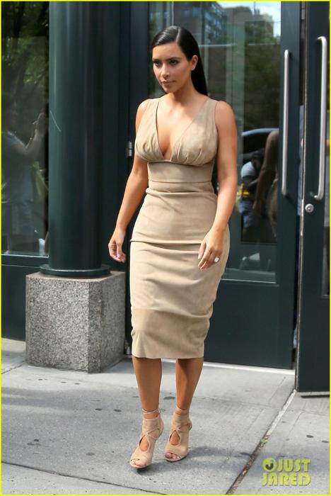 Kim Kardashians New Platinum Blonde Hair Isnt a Wig