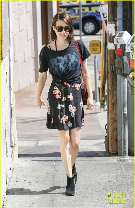 emma-roberts-takes-break-ashby-filming-01 (455x700, 95Kb)