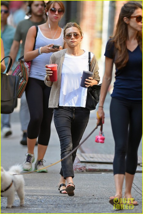 ashley-olsen-grabs-two-juices-to-go-01 (466x700, 85Kb)