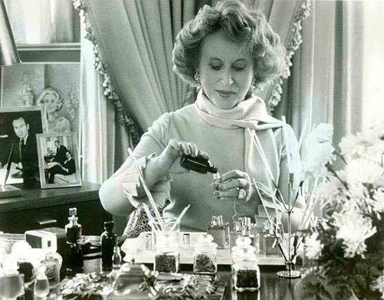 founder-estee-lauder-at-work-developing-new-formulas (555x434, 170Kb)