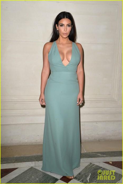 kim-kardashian-displays-lots-of-cleavage-for-valentino-fashion-show-06 (466x700, 58Kb)