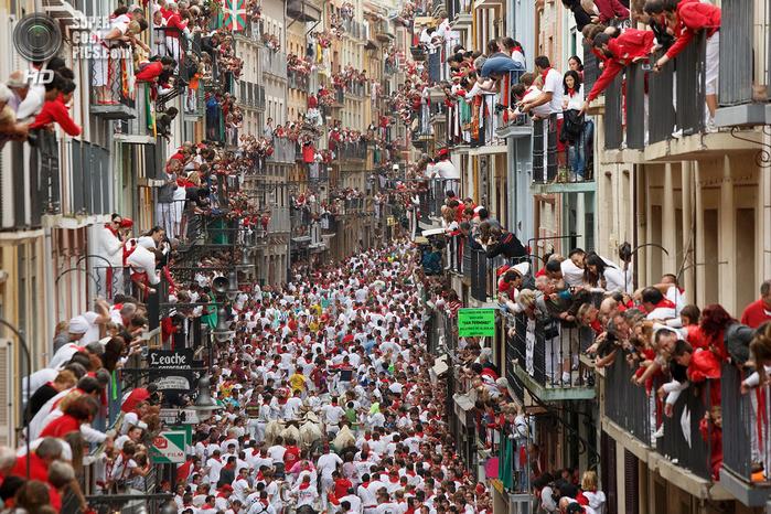 фиеста Сан-Фермин 2014 испания фото 2 (700x466, 591Kb)