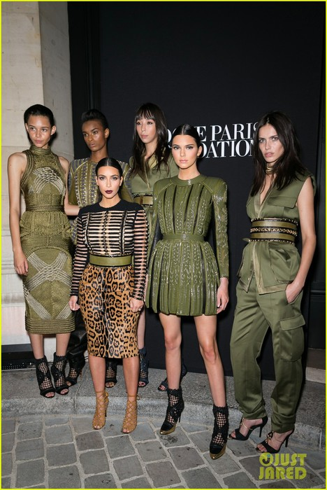 kim-kardashian-kendall-jenner-balmain-paris-fashion-week-03 (468x700, 106Kb)