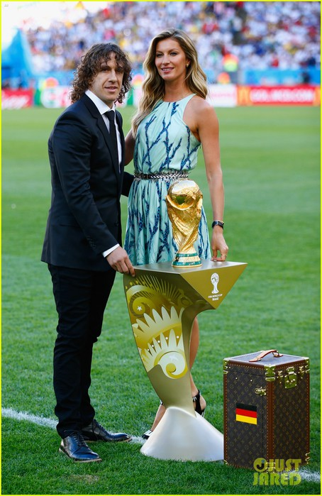 gisele-bundchen-presents-world-cup-trophy-brazil-01 (454x700, 101Kb)