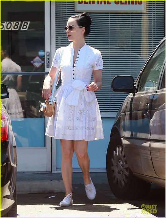 dita-von-teese-knows-how-to-wear-summer-white-for-lunch-01 (531x700, 107Kb)