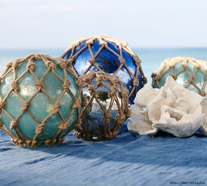 Елочные шары и стеклянные круглые вазочки для морского стиля в интерьере (12) (700x630, 303Kb)