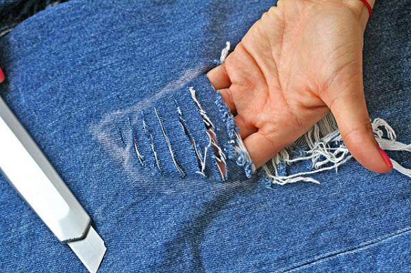 Как сделать потертые джинсы в домашних