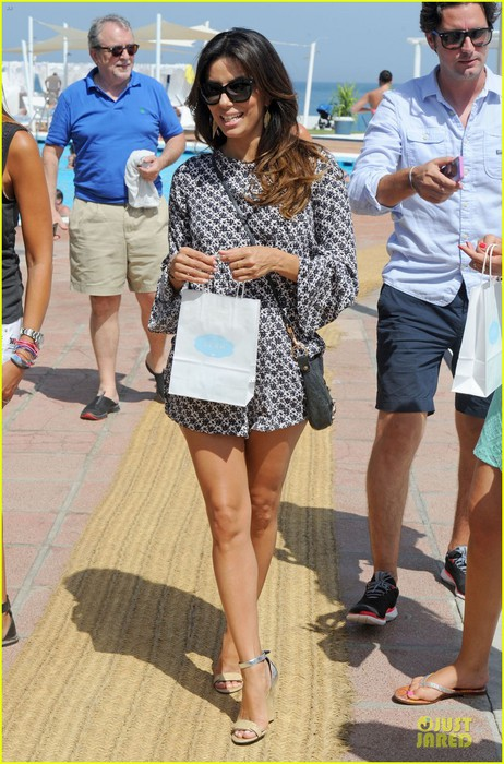 eva-longoria-enjoys-spain-sightseeing-before-gala-01 (462x700, 115Kb)