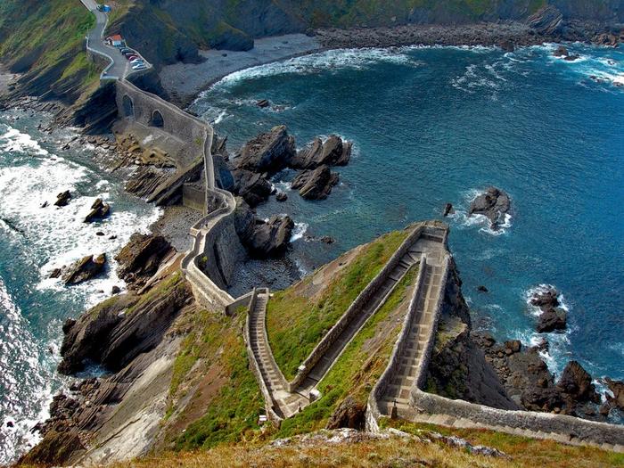 остров Гастелугаче испания фото 4 (700x525, 524Kb)