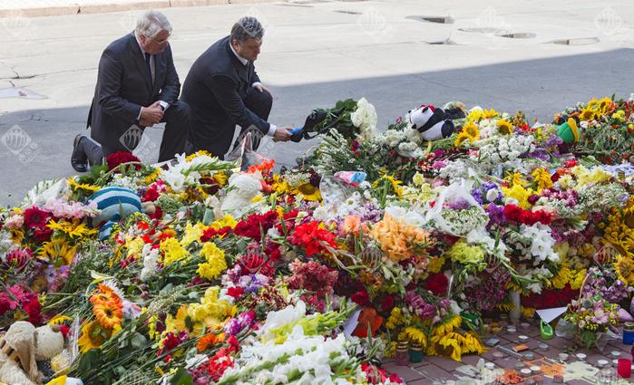 Порошенко возложил цветы у посольства (700x425, 324Kb)