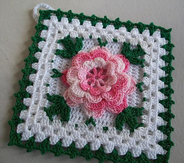 Квадратный мотив с цветком крючком