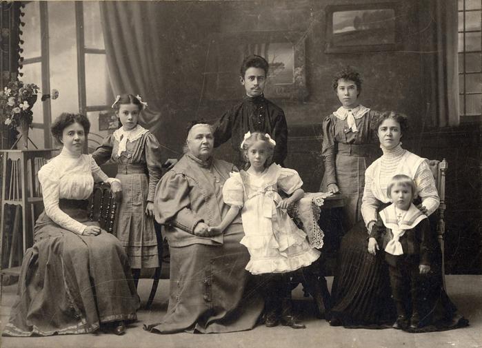 Фото Н.Н. Сажина, Муром. Групповой портрет семьи Зощенко. 1896. 79) (700x505, 330Kb)