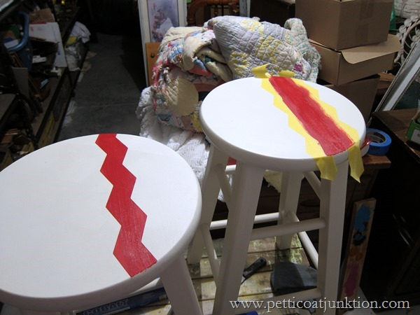 painting-bar-stools-using-Chevron-design-Petticoat-Junktion_thumb (600x450, 205Kb)