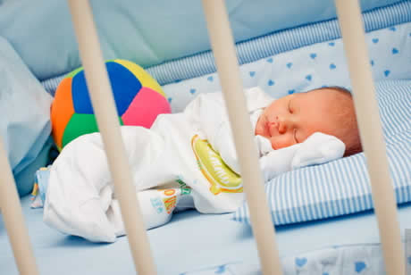 Почему особенно в жару важно одевать ребенка в одежду из натуральных тканей особенно во время сна?