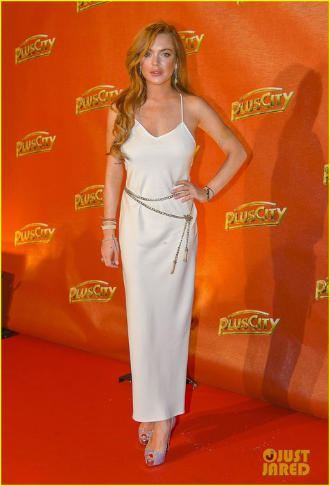 lindsay-lohan-flashes-some-side-boob-white-party-01 (476x700, 72Kb)