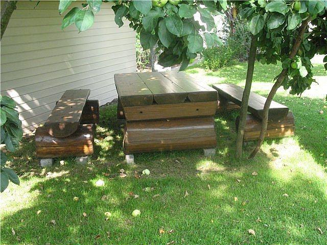 Уголок отдыха на даче из подручных материалов