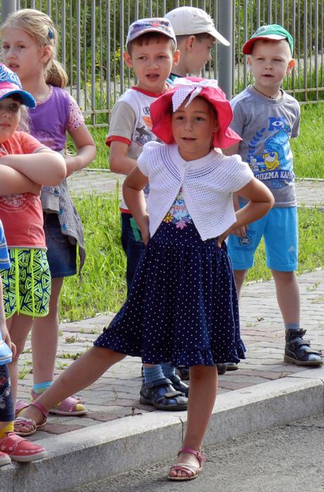 смешные фото с детьми, прикольные фото с детьми, фото симпатичных детей, праздник в детском саду, дети на празднике в детском саду, девочка в шляпке шляпе,