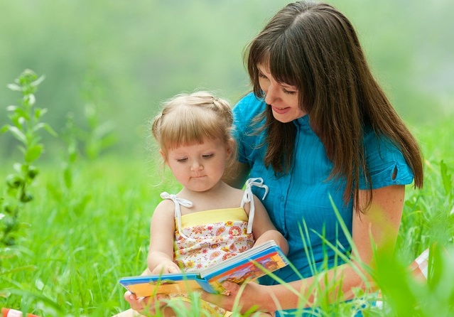 мама-читает-дочке-сказку (639x446, 106Kb)