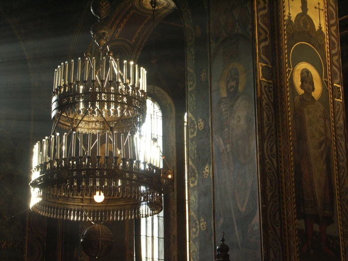 Chandelier_in_St_Volodymyr's_Cathedral,_Kiev (700x524, 181Kb)